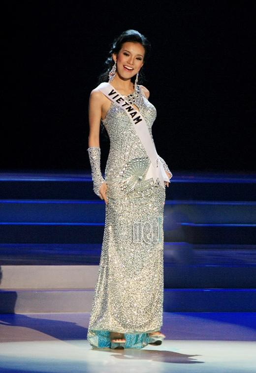 """Đây chính là 7 """"tuyệt tác"""" đầm dạ hội mà các đại diện Việt Nam từng mang đi chinh chiến tại Miss Universe - Ảnh 7."""