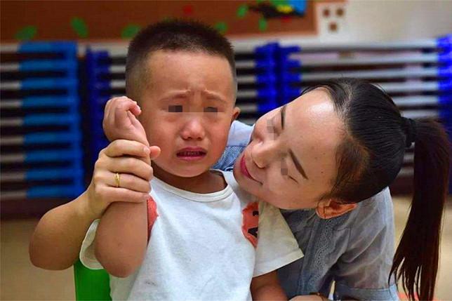 Bố mẹ có con trai chú ý: Con bạn chỉ cố tỏ ra mạnh mẽ, thực chất chúng cần được ôm nhiều hơn bạn nghĩ vì những lý do này - Ảnh 2.
