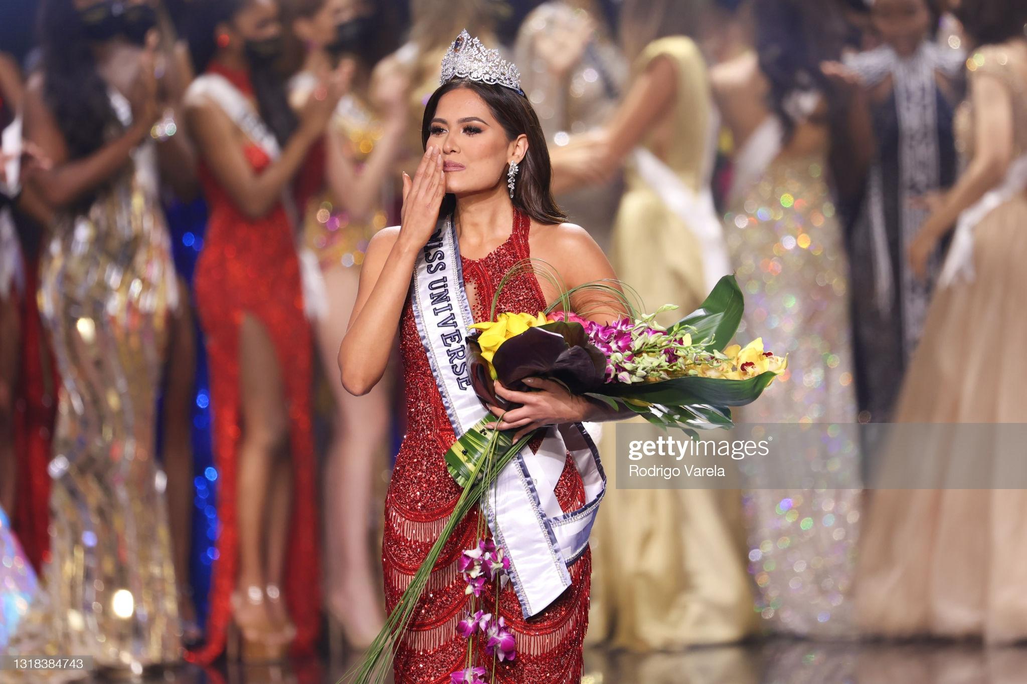Tân Hoa hậu Hoàn vũ Andrea Meza mặc cái gì thế này? - Ảnh 1.