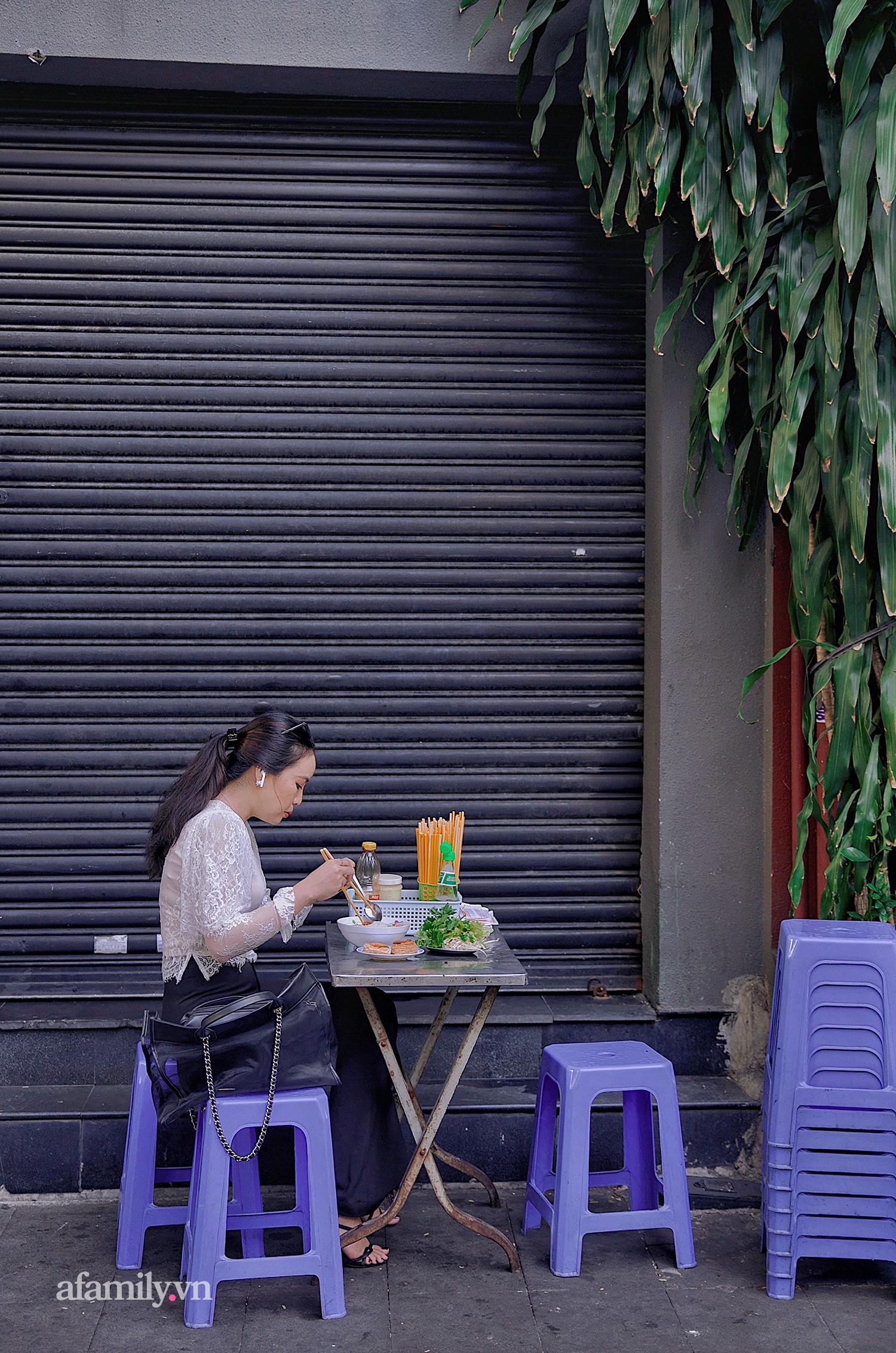 """Tiệm hủ tiếu hơn 70 năm nổi tiếng với nồi sốt cà chua hầm cả Sài Gòn không đâu có, sở hữu tấm bảng hiệu được """"định giá"""" nghìn đô và món bánh Pháp """"phải siêng mới được ăn!?"""" - Ảnh 9."""