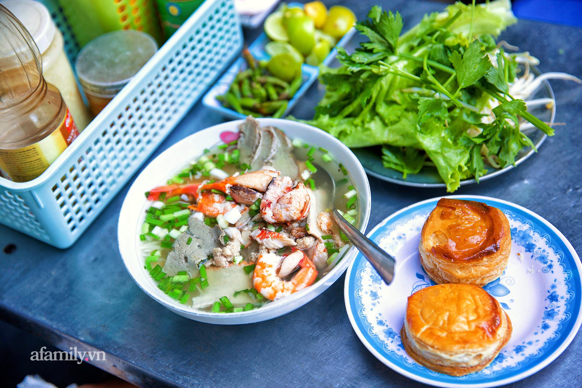"""Tiệm hủ tiếu hơn 70 năm nổi tiếng với nồi sốt cà chua hầm cả Sài Gòn không đâu có, sở hữu tấm bảng hiệu được """"định giá"""" nghìn đô và món bánh Pháp """"phải siêng mới được ăn!?"""" - Ảnh 10."""