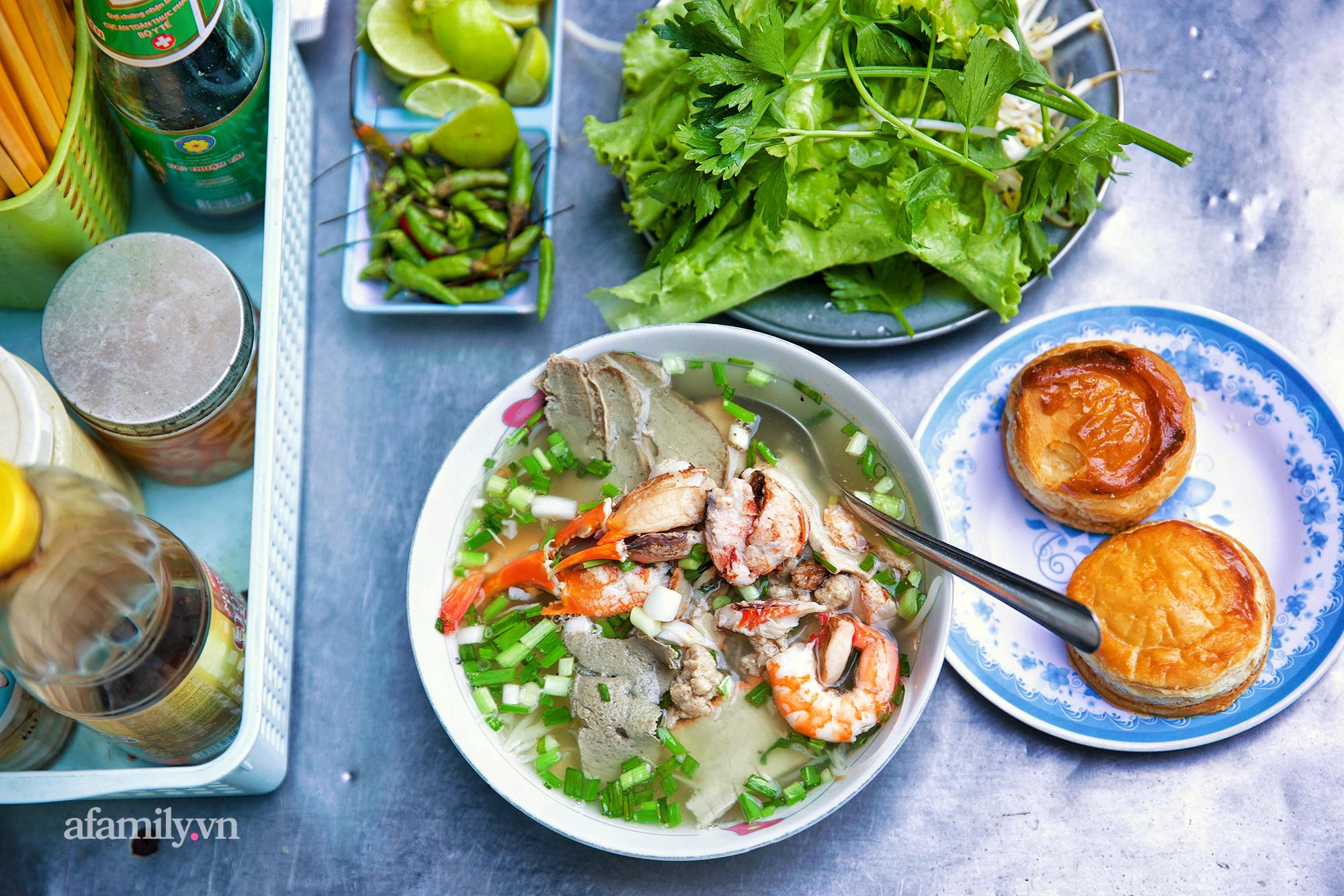 """Tiệm hủ tiếu níu kéo """"Thanh Xuân"""" hơn 70 năm của người Sài Gòn, nổi tiếng với nồi sốt cà chua hầm 3 đời và sở hữu tấm bảng hiệu được """"định giá"""" nghìn đô! - Ảnh 1."""