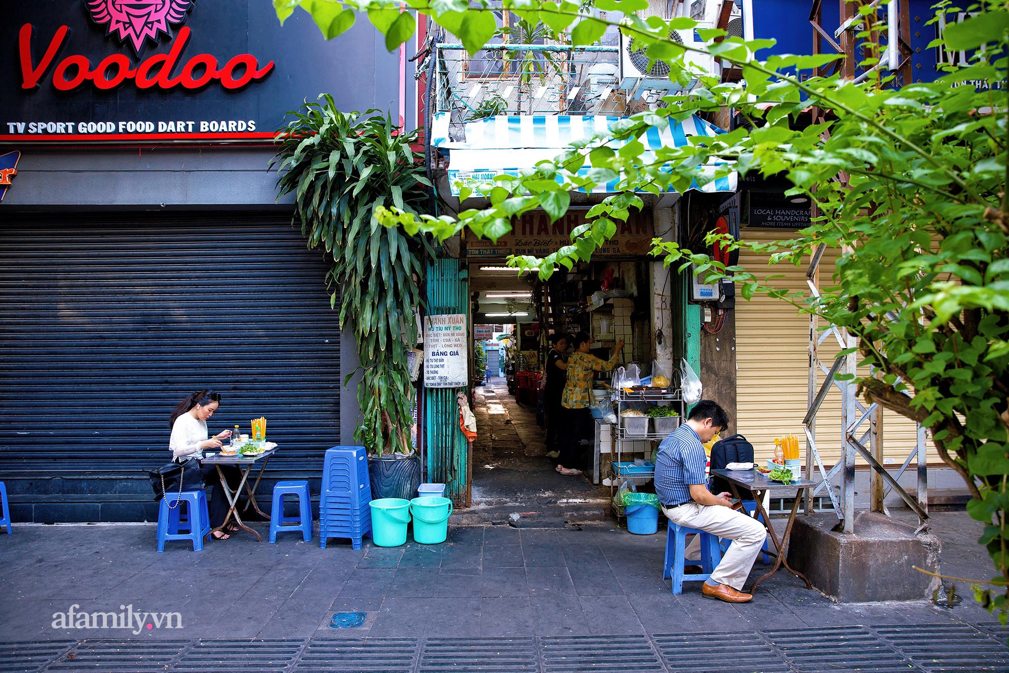 """Tiệm hủ tiếu níu kéo """"Thanh Xuân"""" hơn 70 năm của người Sài Gòn, nổi tiếng với nồi sốt cà chua hầm 3 đời và sở hữu tấm bảng hiệu được """"định giá"""" nghìn đô! - Ảnh 2."""
