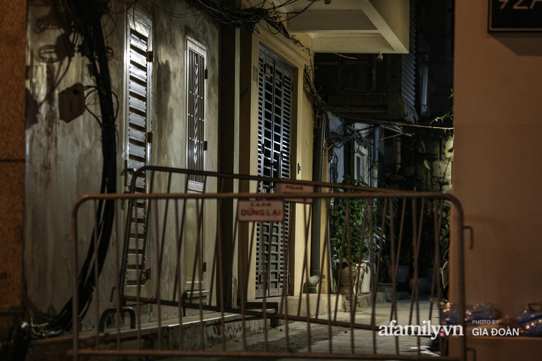 Hà Nội phong tỏa con ngõ trên phố Bùi Thị Xuân sau ca dương tính SARS-CoV-2 mới nhất, người dân bảo hộ kín mít nhận đồ tiếp tế - Ảnh 2.