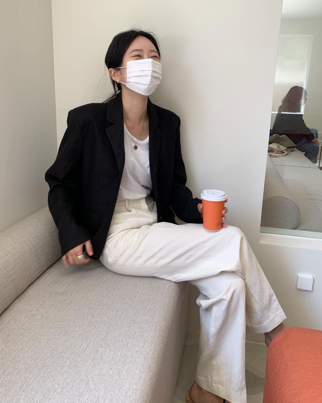 Nàng blogger Hàn có biệt tài diện toàn đồ đơn giản mà ai cũng muốn copy theo, diện đi làm hay đi chơi cũng ổn - Ảnh 7.