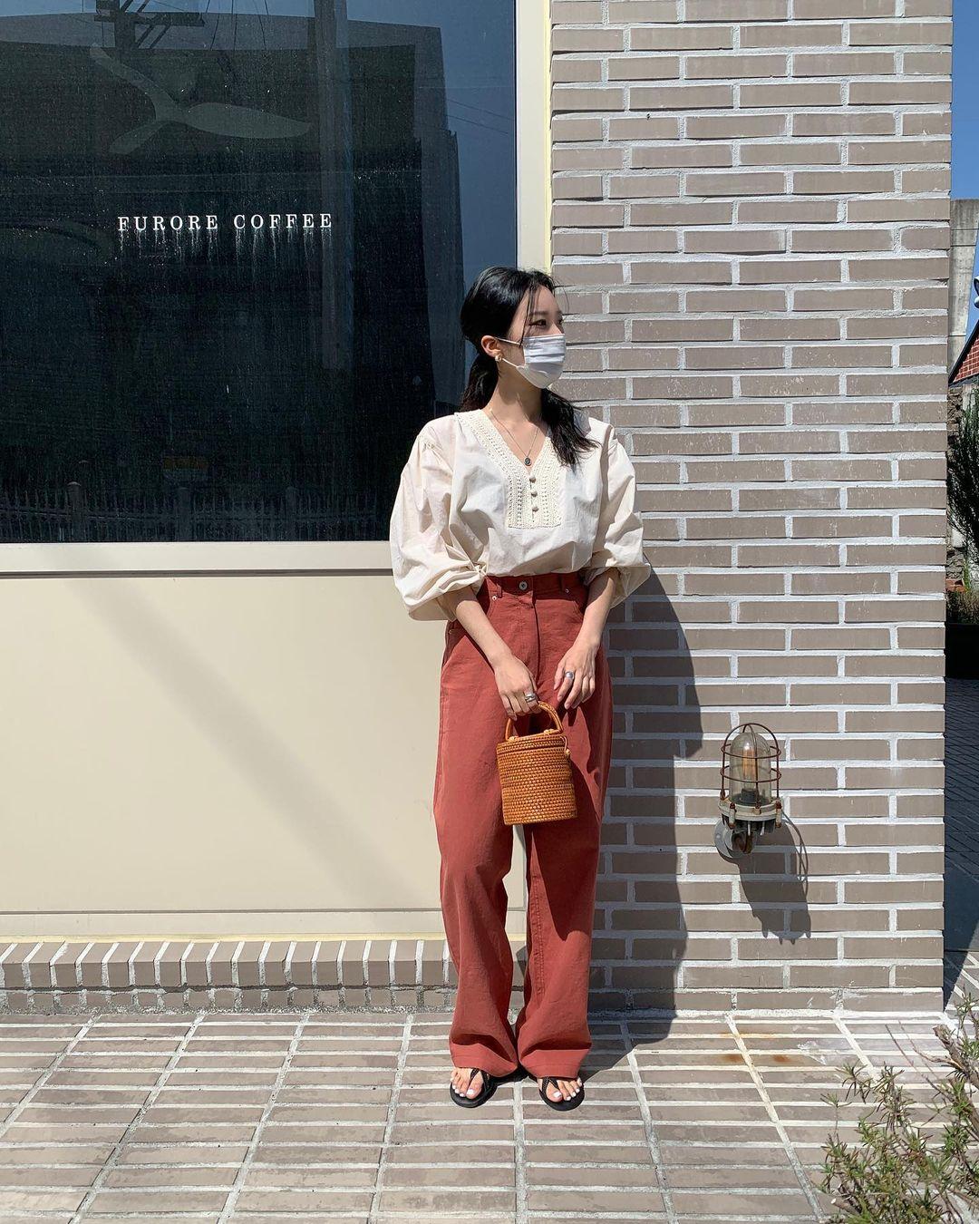 Nàng blogger Hàn có biệt tài diện toàn đồ đơn giản mà ai cũng muốn copy theo, diện đi làm hay đi chơi cũng ổn - Ảnh 8.