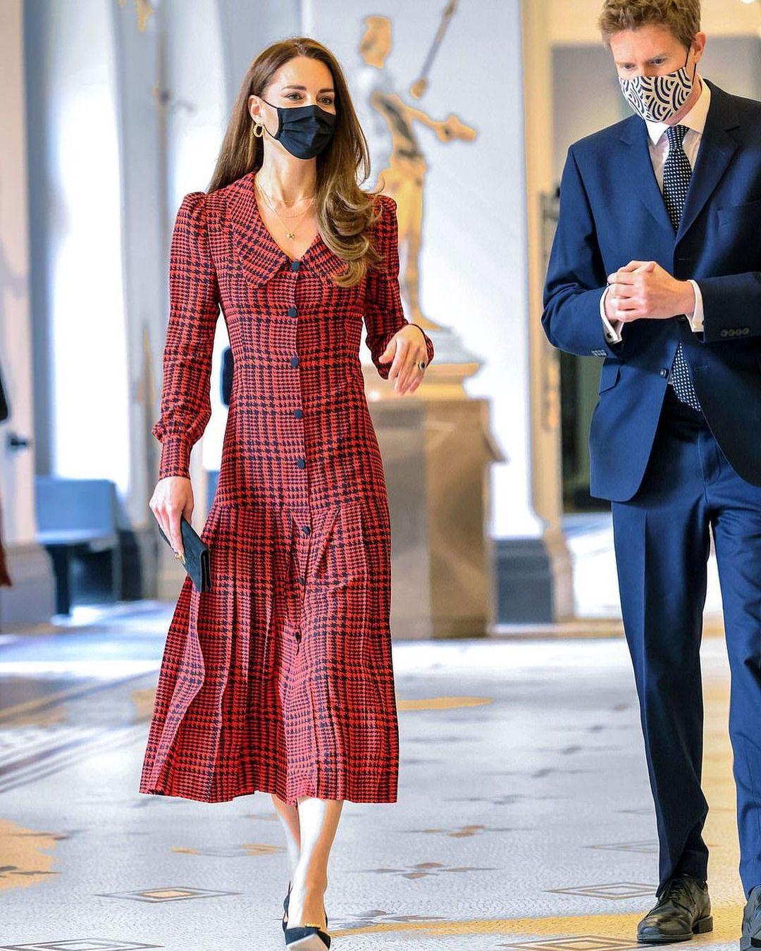 Công nương Kate Middleton cũng có ngày bị chê mặc xấu hơn mẫu hãng, nguyên do bởi một món phụ kiện - Ảnh 1.