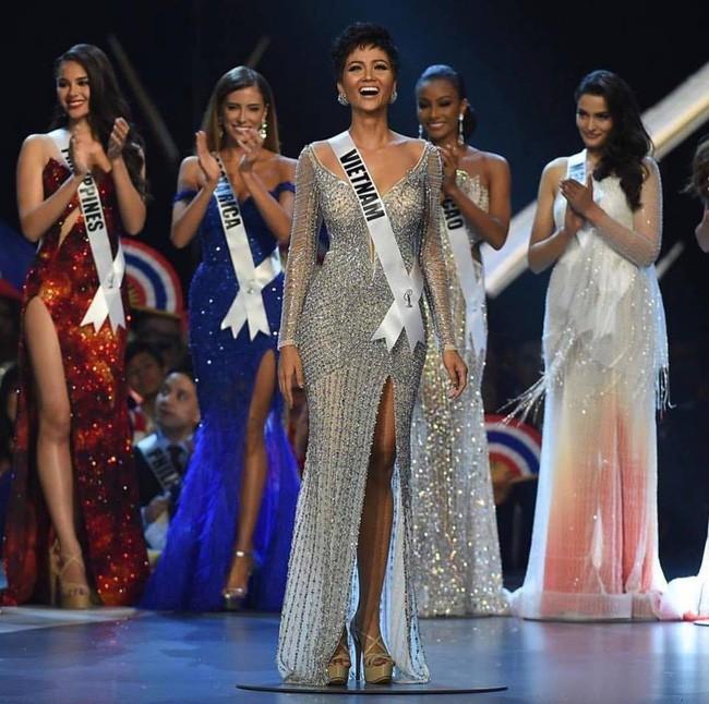 Cú xoay người huyền thoại, hay những bước catwalk bikini nóng bỏng đến ná thở, màn trình diễn của Top 5 Miss Universe 2018 H'Hen Niê vẫn khiến fan nhớ mãi - Ảnh 17.