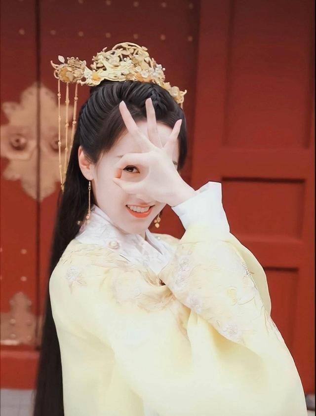 """""""Bản sao Triệu Lệ Dĩnh"""" - Viên Băng Nghiên mặc áo vàng rực, đẹp thế nào mà được khen hơn cả Lưu ly mỹ nhân sát  - Ảnh 3."""