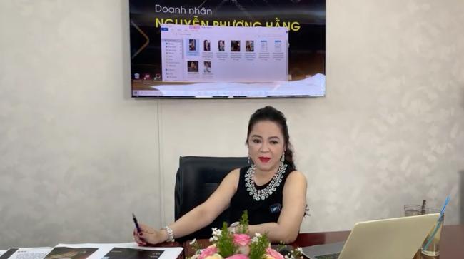 """Mỗi lần livestream, dân tình lại lóa mắt trước những món trang sức """"nặng trĩu"""" cổ của bà Phương Hằng đến Hà Hồ, Lệ Quyên cũng phải """"xin hàng"""" - Ảnh 5."""