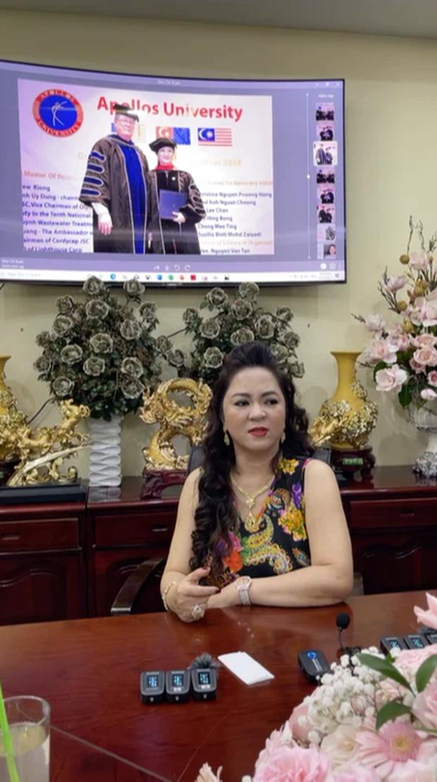 """Mỗi lần livestream, dân tình lại lóa mắt trước những món trang sức """"nặng trĩu"""" cổ của bà Phương Hằng đến Hà Hồ, Lệ Quyên cũng phải """"xin hàng"""" - Ảnh 2."""