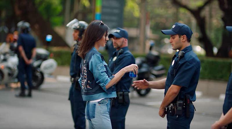 Phốt căng nhất cuộc đời Kendall Jenner: Quảng cáo gỡ trong 1 ngày, bị bắt giải nghệ và lời xin lỗi trong nước mắt - Ảnh 2.