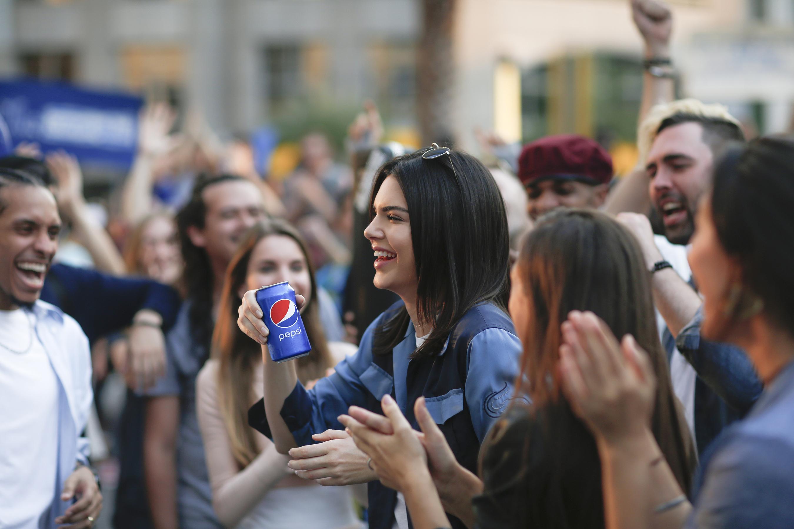Phốt căng nhất cuộc đời Kendall Jenner: Quảng cáo gỡ trong 1 ngày, bị bắt giải nghệ và lời xin lỗi trong nước mắt - Ảnh 4.