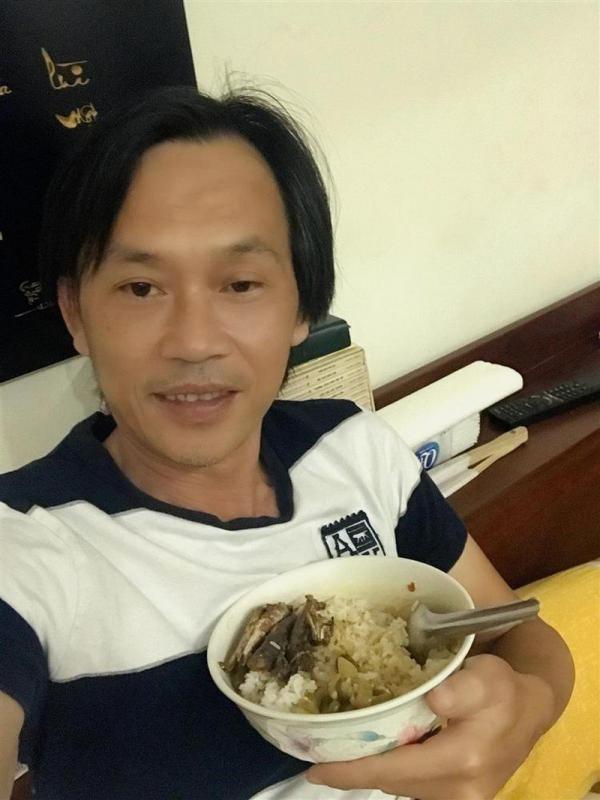 """Trong thẻ có hàng chục tỷ, Hoài Linh vẫn ăn uống đạm bạc, có bữa chỉ dăm ba con cá khô là đủ thấy """"ngon tét nách"""" - Ảnh 11."""