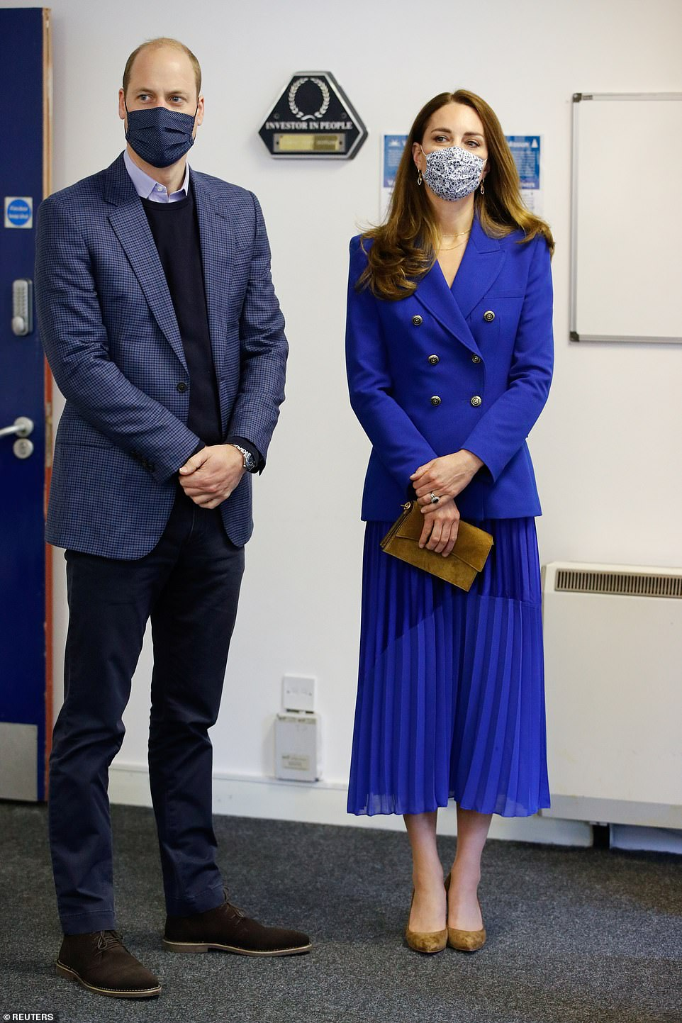 """Công nương Kate diện áo Zara giá gần 2 triệu sang quá nhưng từ 200k bạn đã """"tăm"""" được nhiều kiểu xinh không kém - Ảnh 1."""