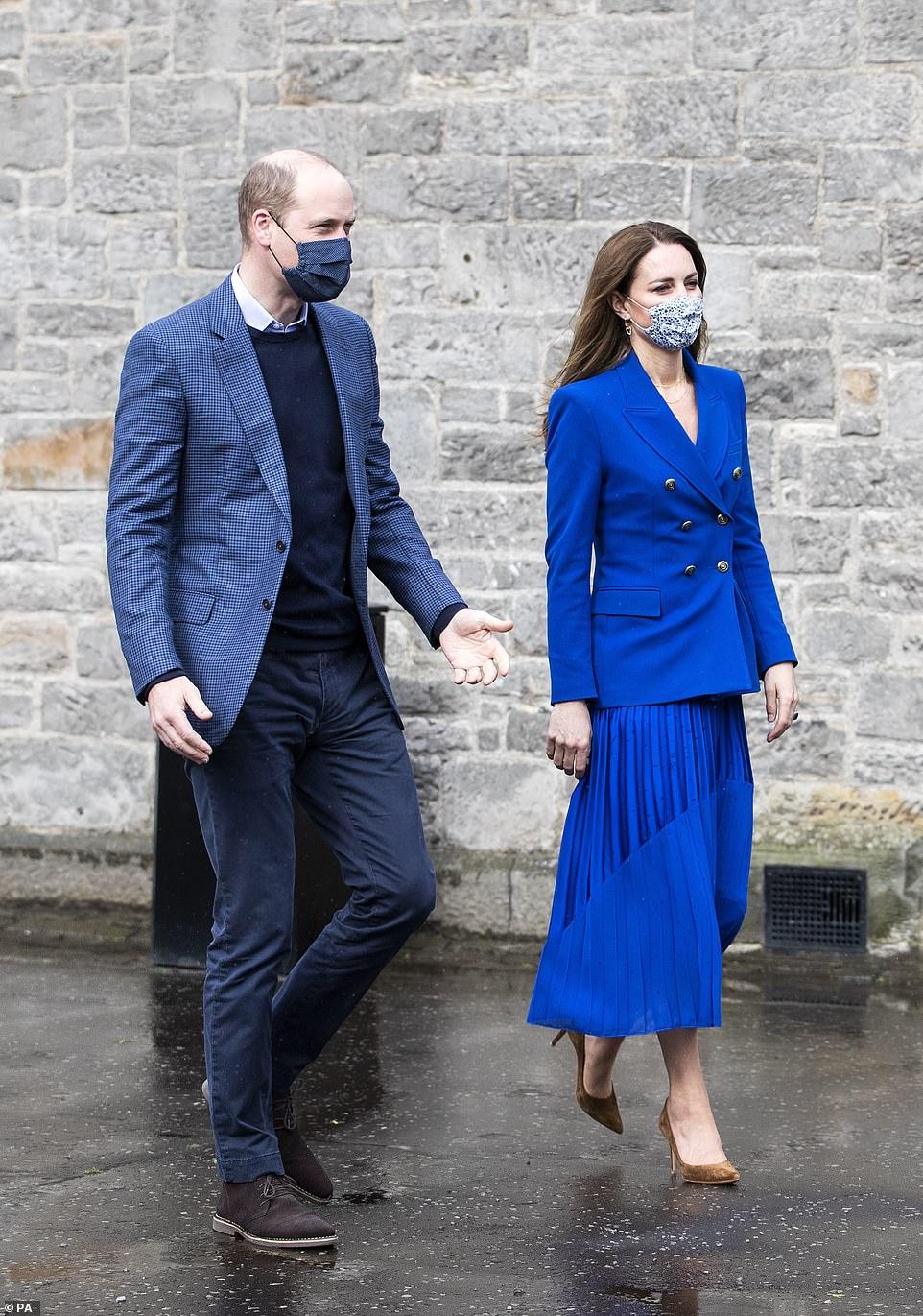 """Công nương Kate diện áo Zara giá gần 2 triệu sang quá nhưng từ 200k bạn đã """"tăm"""" được nhiều kiểu xinh không kém - Ảnh 2."""
