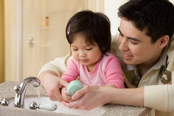 Mách mẹ 4 bước giúp con giảm ngứa, ngừa thâm sẹo hiệu quả khi bị muỗi đốt - Ảnh 1.