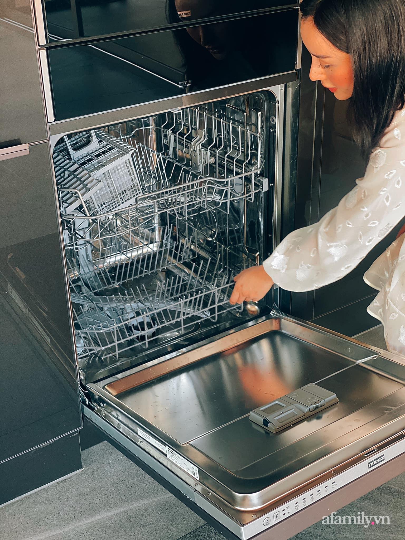 Vợ đại gia Thái Lan khoe căn bếp 3,7 tỷ chồng tặng: Toàn món đồ bếp dòng mới nhất của thương hiệu ngoại cao cấp này - Ảnh 9.