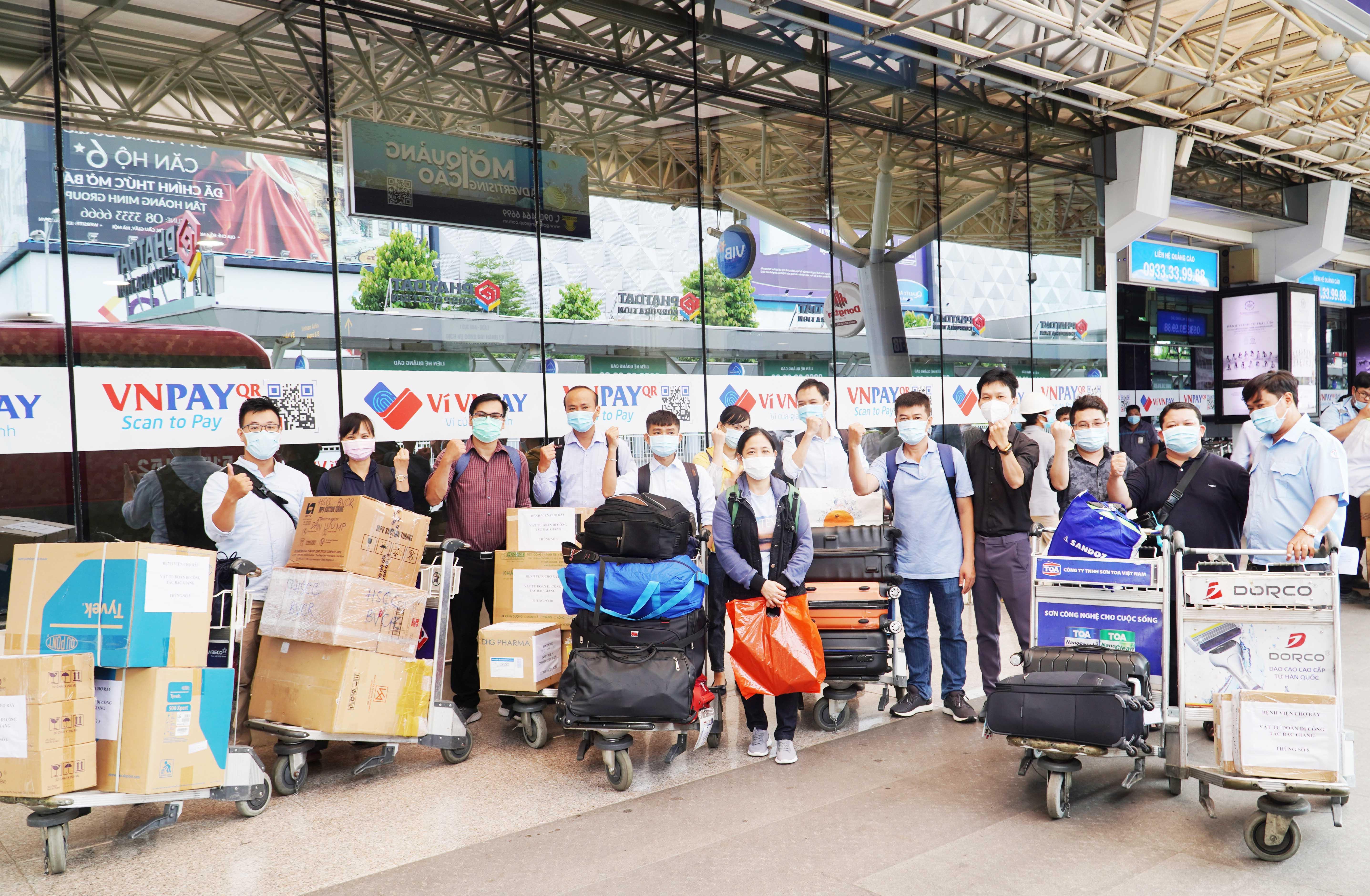 Những chuyên gia điều trị COVID-19 hàng đầu của Chợ Rẫy lên đường đến Bắc Giang - Ảnh 3.