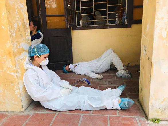 Những hình ảnh xót xa của các bác sĩ nơi tuyến đầu chống dịch khiến nhiều người nghẹn ngào - Ảnh 6.