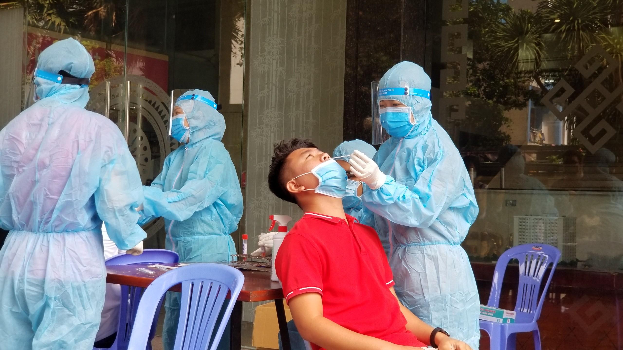 Toàn bộ cơ sở khám, chữa bệnh ở TP.HCM xét nghiệm nhanh kháng nguyên SARS-CoV-2 - Ảnh 1.