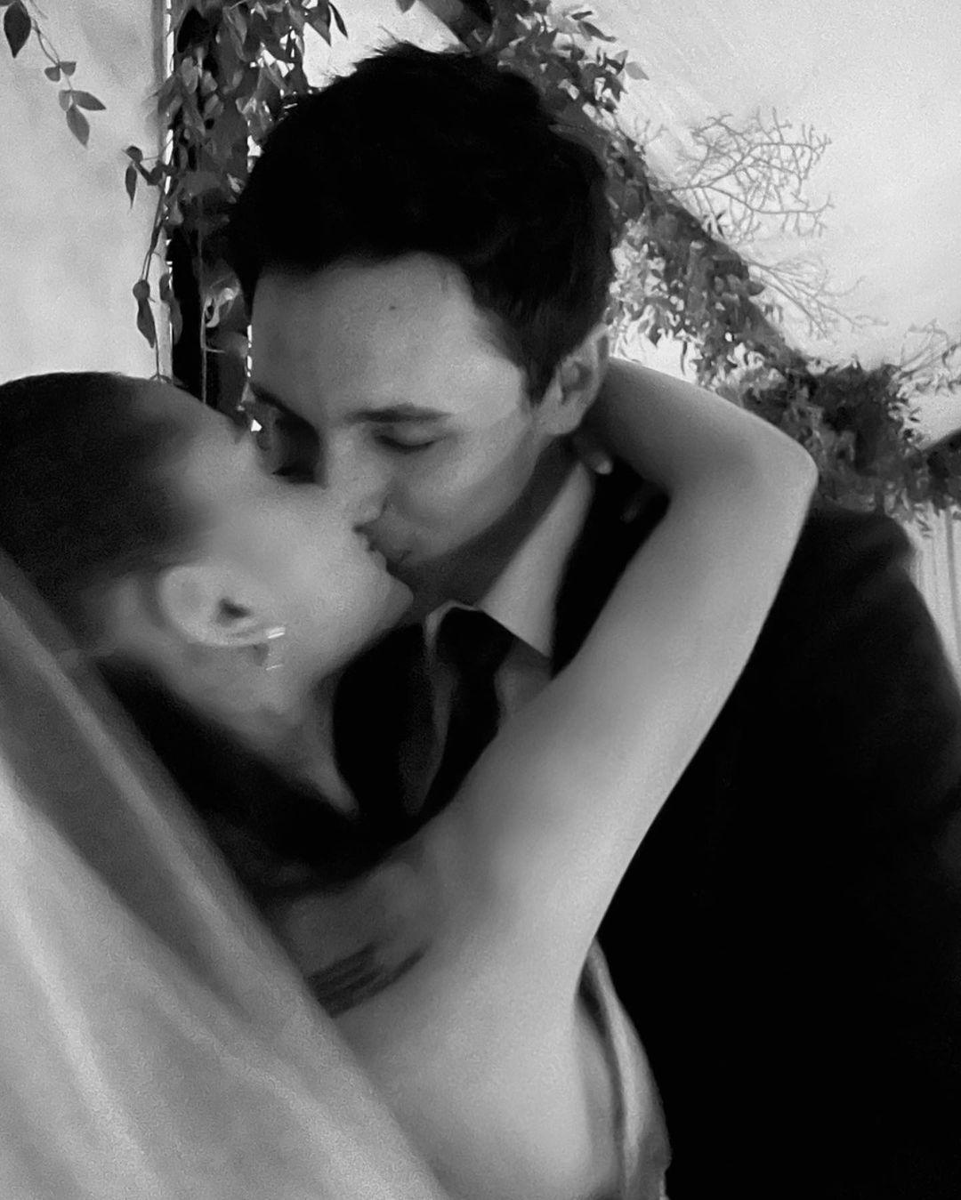 HOT: Không còn giấu giếm nữa, Ariana Grande tung bộ ảnh cưới nét căng đét, hôn đắm đuối ông xã đại gia kém 2 tuổi - Ảnh 7.