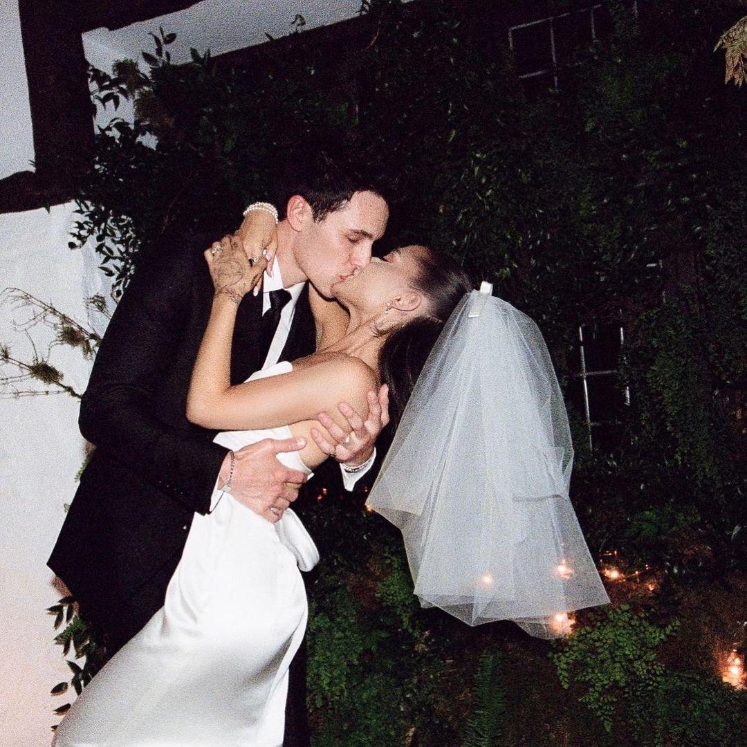 HOT: Không còn giấu giếm nữa, Ariana Grande tung bộ ảnh cưới nét căng đét, hôn đắm đuối ông xã đại gia kém 2 tuổi - Ảnh 2.