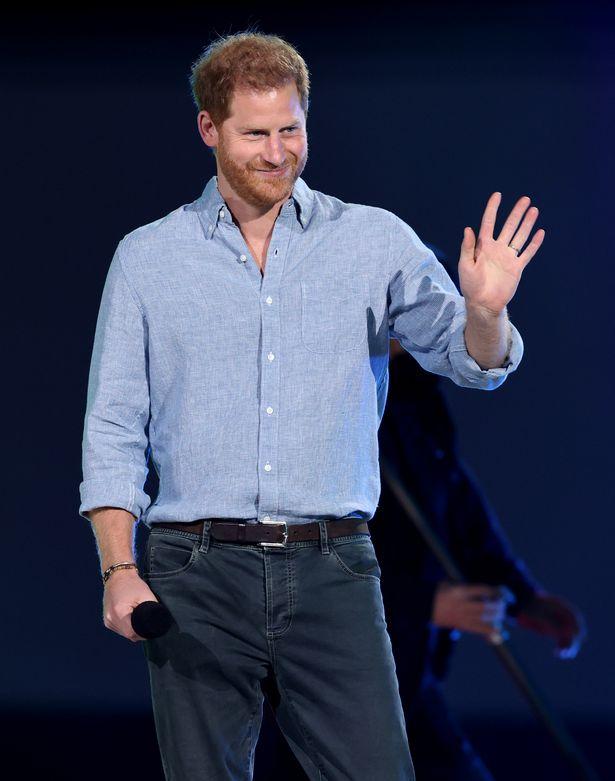 Harry xuất hiện công khai sau khi về Mỹ trong sự kiện quy tụ toàn sao, còn Meghan bị bóc trần lý do đòi chuyển nhà tận 2 lần khi ở Hoàng gia - Ảnh 2.