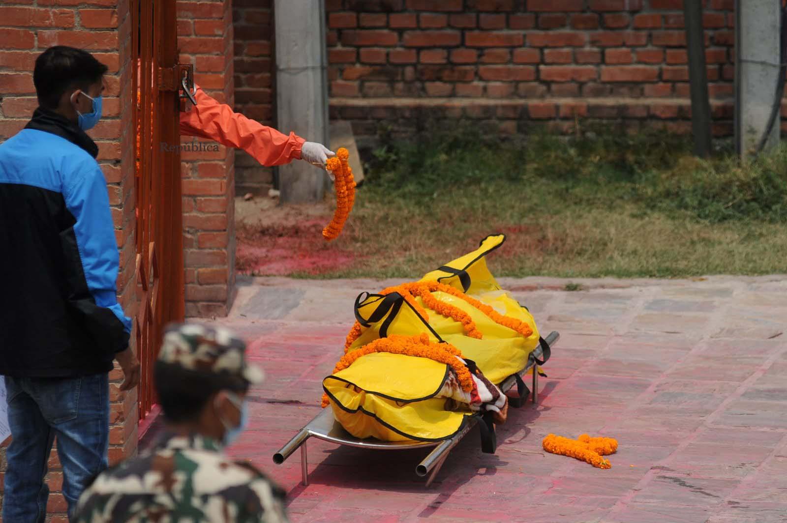 Thảm cảnh Covid-19 tại Nepal ngay lúc này: Lò hỏa thiêu nghi ngút khói đen nhả suốt ngày đêm, thân nhân uất nghẹn khóc ngất tiễn biệt người chết qua cánh cổng sắt - Ảnh 13.