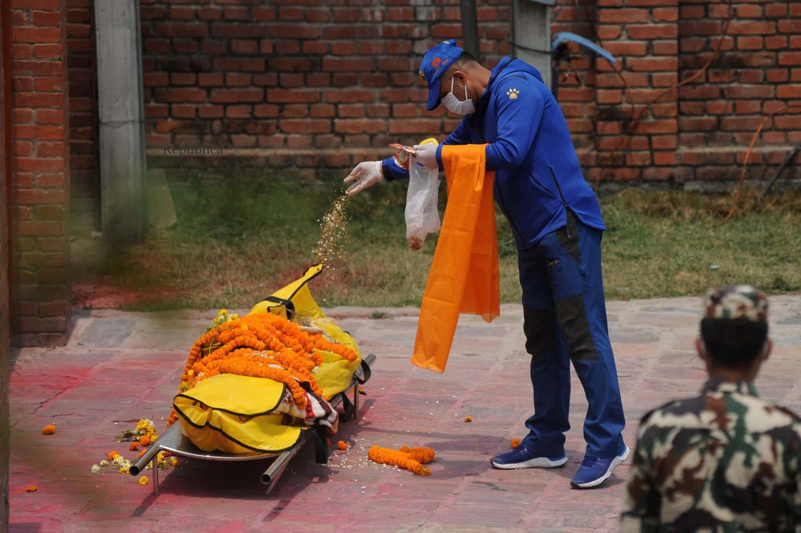 Thảm cảnh Covid-19 tại Nepal ngay lúc này: Lò hỏa thiêu nghi ngút khói đen nhả suốt ngày đêm, thân nhân uất nghẹn khóc ngất tiễn biệt người chết qua cánh cổng sắt - Ảnh 14.