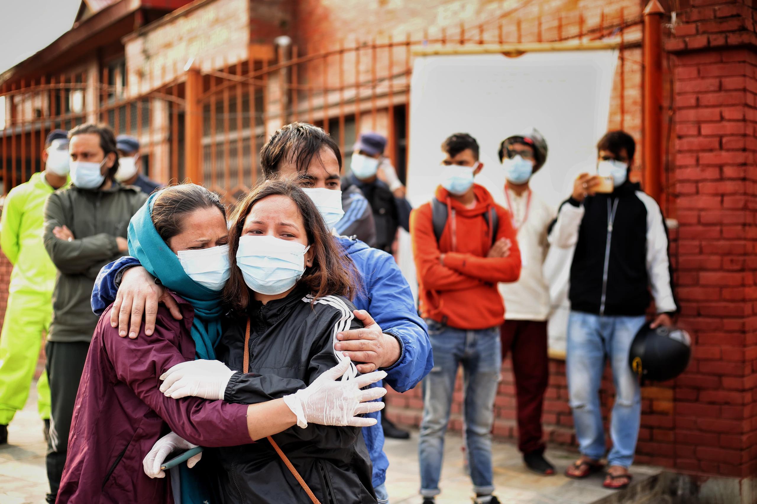 Thảm cảnh Covid-19 tại Nepal ngay lúc này: Lò hỏa thiêu nghi ngút khói đen nhả suốt ngày đêm, thân nhân uất nghẹn khóc ngất tiễn biệt người chết qua cánh cổng sắt - Ảnh 2.
