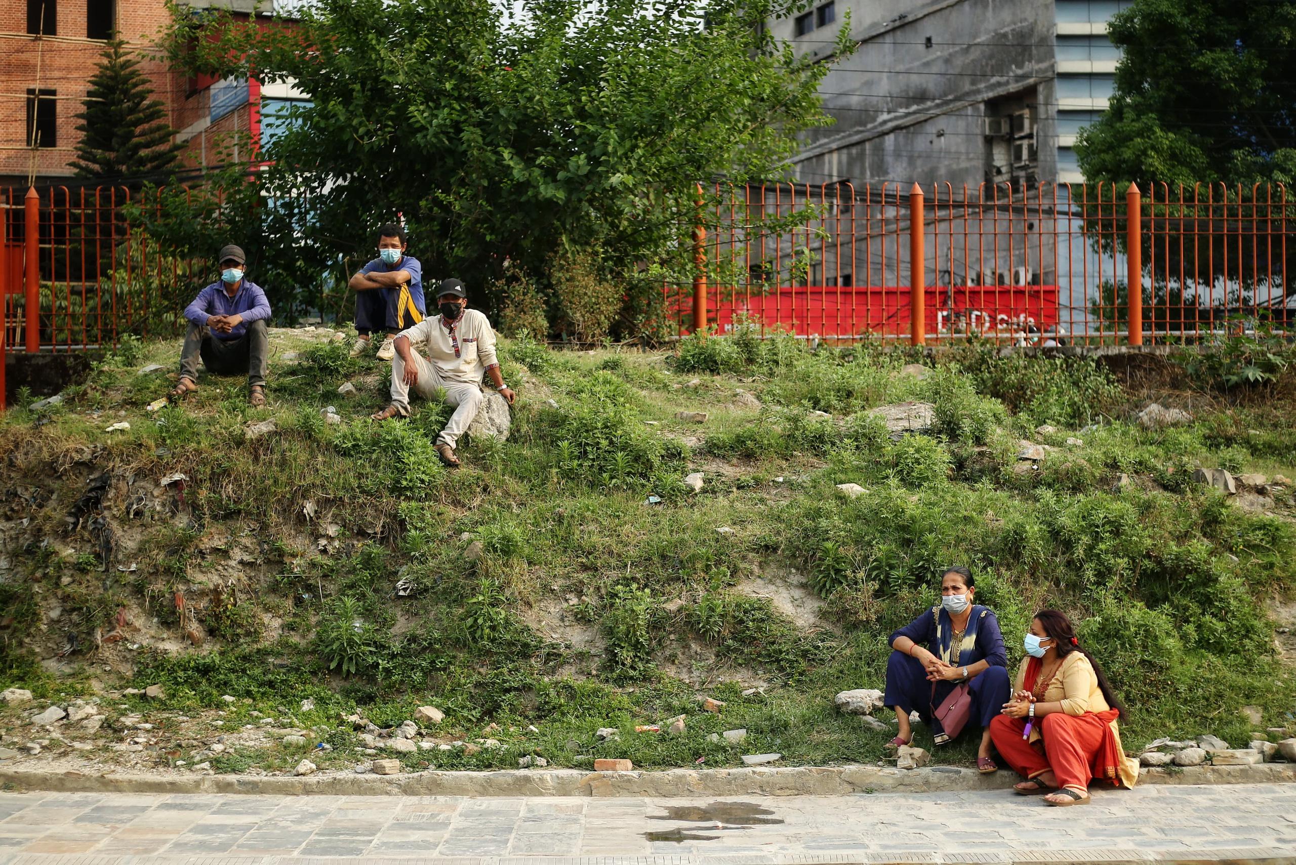 Thảm cảnh Covid-19 tại Nepal ngay lúc này: Lò hỏa thiêu nghi ngút khói đen nhả suốt ngày đêm, thân nhân uất nghẹn khóc ngất tiễn biệt người chết qua cánh cổng sắt - Ảnh 4.