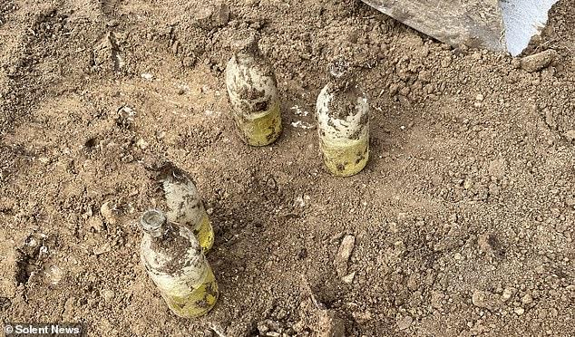 """Đào được đống chai sữa trong vườn, người bố 3 con thất kinh khi biết """"danh tính"""" của chúng, cảnh tượng sau đó càng khiến ông biết ơn vì được Tử thần bỏ quên - Ảnh 3."""