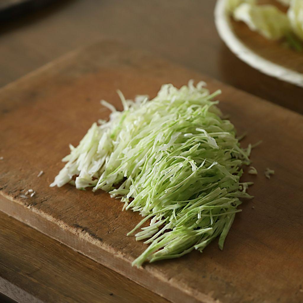Nếu thấy quá tội lỗi với lịch ăn dày đặc dịp lễ, tối nay làm ngay món bắp cải trộn giòn ngon chua ngọt ăn cho nhẹ bụng thôi! - Ảnh 2.