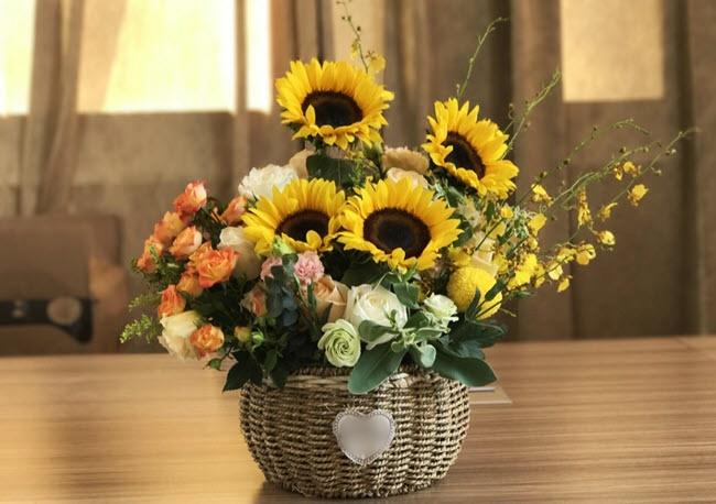 Con gái bị tai nạn nằm viện, tôi rình xem ai mang hoa đến tặng mỗi ngày rồi suýt nghẹt thở khi đụng phải một người lạ - Ảnh 1.