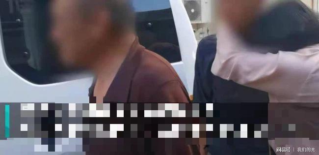 Con trai bỏ nhà đi ăn xin 2 năm vì lý do khó tin, hình ảnh cha già tóc bạc quỳ xuống cám ơn cảnh sát gây xúc động mạnh - Ảnh 3.