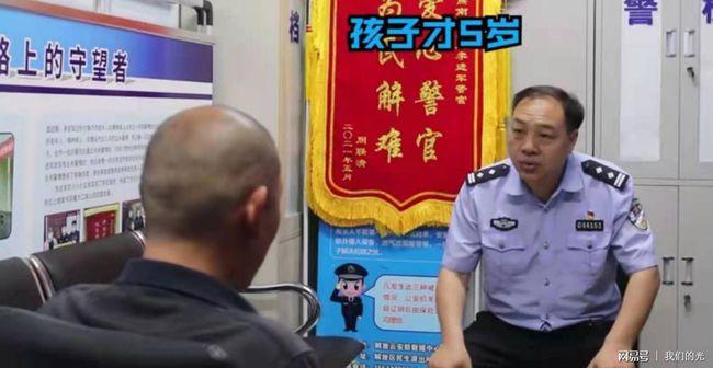 Con trai bỏ nhà đi ăn xin 2 năm vì lý do khó tin, hình ảnh cha già tóc bạc quỳ xuống cám ơn cảnh sát gây xúc động mạnh - Ảnh 2.