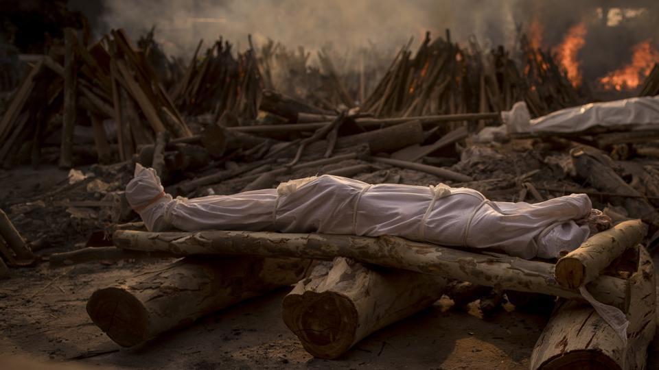 """Chùm ảnh 1 tuần Ấn Độ lầm than vì """"đại hồng thủy"""" Covid-19: Khói lửa mù mịt cay xè mắt, đau thắt ruột gan tiễn biệt người thân chết trong đau đớn - Ảnh 1."""