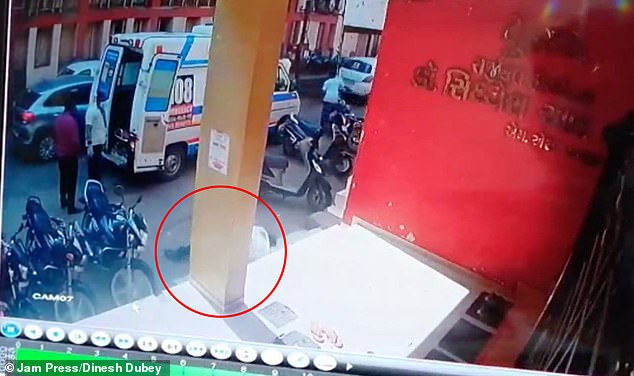 Nhân viên y tế Ấn Độ gục chết ngay dưới bánh xe cứu thương, khoảnh khắc cuối đời xót xa vô cùng - Ảnh 3.