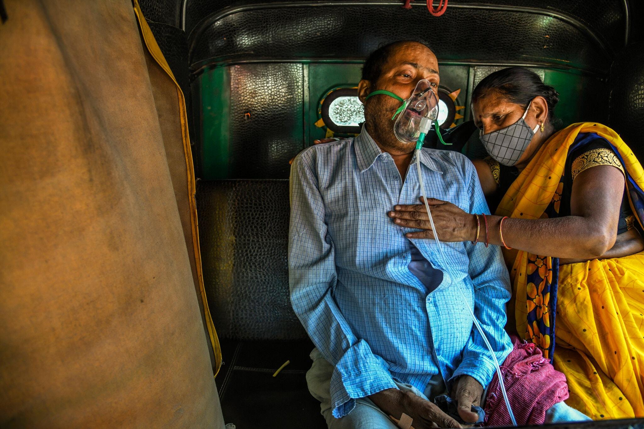 """Chùm ảnh 1 tuần Ấn Độ lầm than vì """"đại hồng thủy"""" Covid-19: Khói lửa mù mịt cay xè mắt, đau thắt ruột gan tiễn biệt người thân chết trong đau đớn - Ảnh 12."""