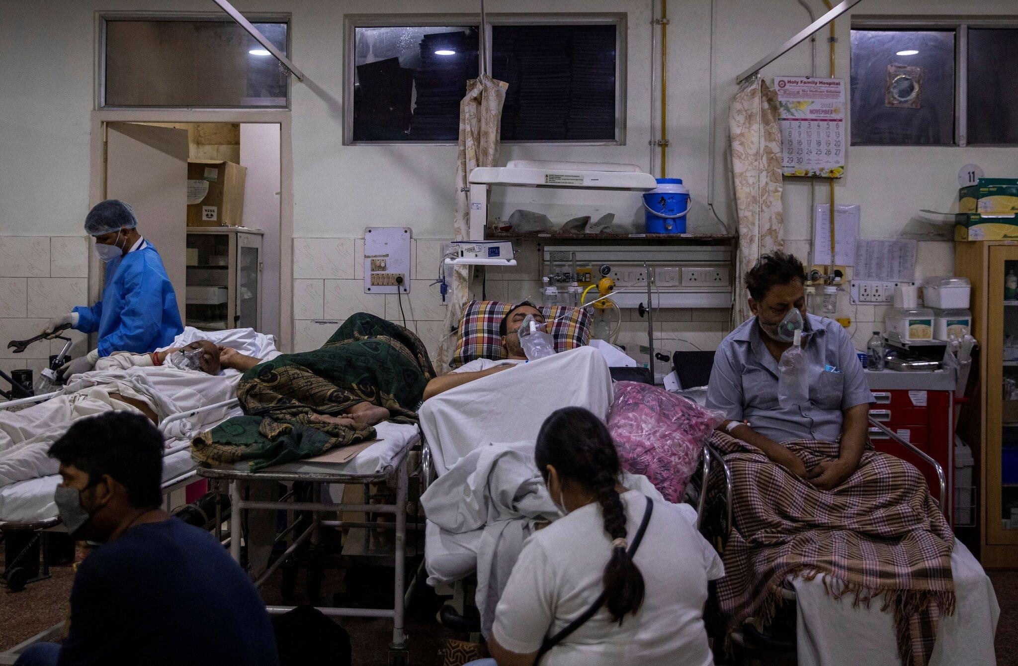 """Chùm ảnh 1 tuần Ấn Độ lầm than vì """"đại hồng thủy"""" Covid-19: Khói lửa mù mịt cay xè mắt, đau thắt ruột gan tiễn biệt người thân chết trong đau đớn - Ảnh 13."""