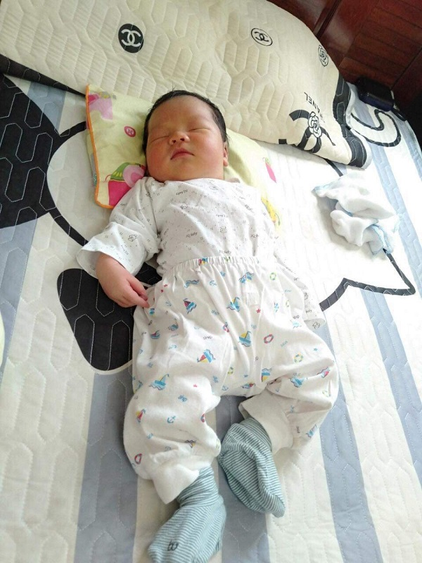 Hà Nội bé trai chào đời nặng tới 4.4kg bằng sinh thường tương đương với cân nặng của trẻ 01 tháng tuổi - Ảnh 1.