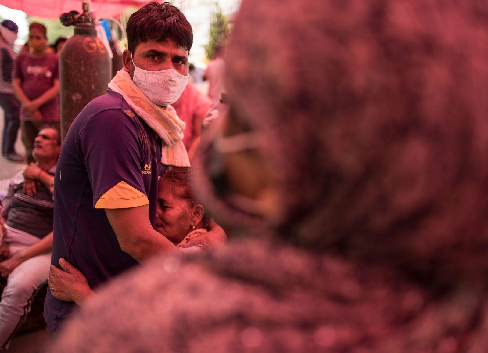 """Chùm ảnh 1 tuần Ấn Độ lầm than vì """"đại hồng thủy"""" Covid-19: Khói lửa mù mịt cay xè mắt, đau thắt ruột gan tiễn biệt người thân chết trong đau đớn - Ảnh 16."""