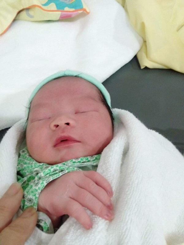 Hà Nội bé trai chào đời nặng tới 4.4kg bằng sinh thường tương đương với cân nặng của trẻ 01 tháng tuổi - Ảnh 2.