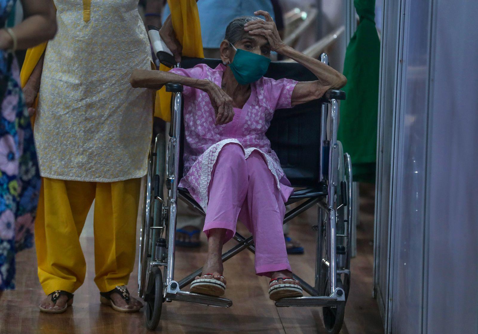 """Chùm ảnh 1 tuần Ấn Độ lầm than vì """"đại hồng thủy"""" Covid-19: Khói lửa mù mịt cay xè mắt, đau thắt ruột gan tiễn biệt người thân chết trong đau đớn - Ảnh 19."""