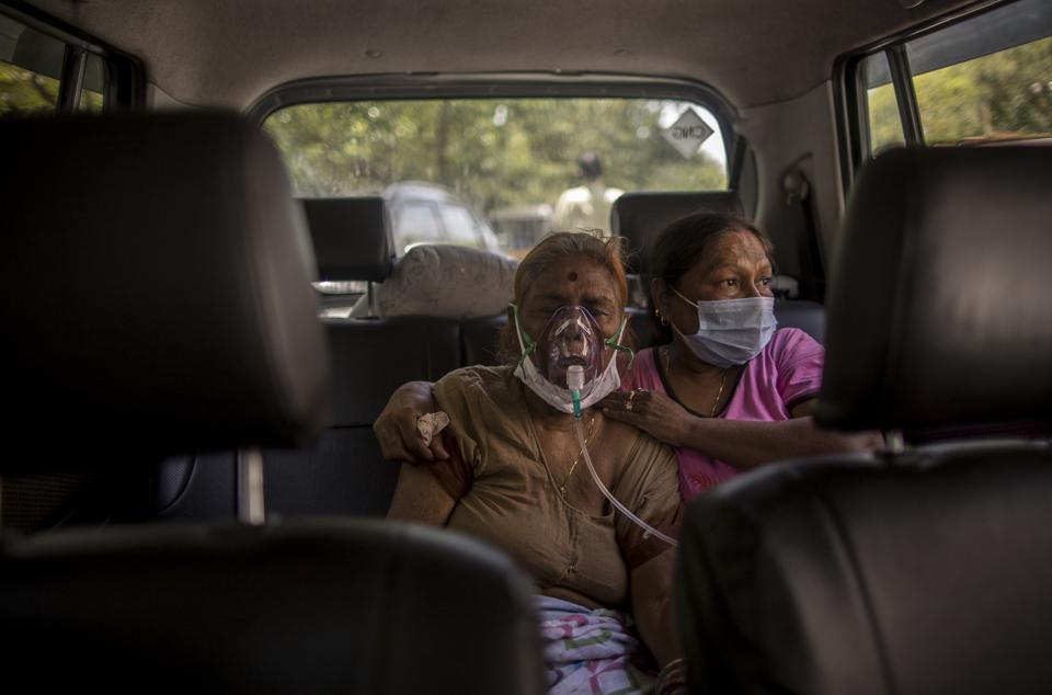 """Chùm ảnh 1 tuần Ấn Độ lầm than vì """"đại hồng thủy"""" Covid-19: Khói lửa mù mịt cay xè mắt, đau thắt ruột gan tiễn biệt người thân chết trong đau đớn - Ảnh 22."""