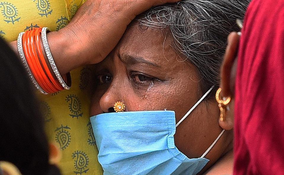 """Chùm ảnh 1 tuần Ấn Độ lầm than vì """"đại hồng thủy"""" Covid-19: Khói lửa mù mịt cay xè mắt, đau thắt ruột gan tiễn biệt người thân chết trong đau đớn - Ảnh 29."""