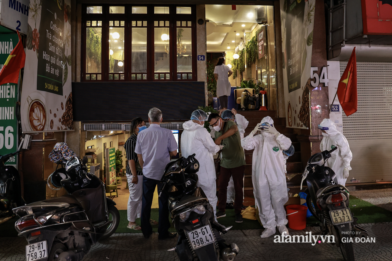 Hà Nội: Test nhanh COVID-19 tại quán cà phê trên phố Chùa Láng trong đêm - Ảnh 1.