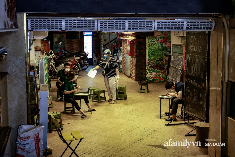 Hà Nội: Test nhanh COVID-19 tại quán cà phê trên phố Chùa Láng trong đêm - Ảnh 5.