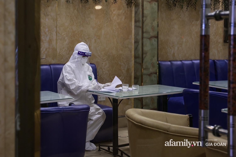 Hà Nội: Test nhanh COVID-19 tại quán cà phê trên phố Chùa Láng trong đêm - Ảnh 7.